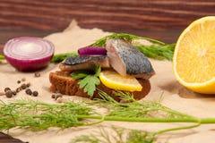 鲱鱼在木桌上将夹在中间 免版税库存图片