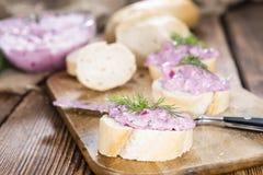 鲱鱼沙拉的部分(用甜菜) 免版税库存照片