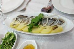 鲱鱼片土豆 库存照片