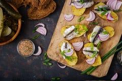 鲱鱼鲥鱼和被烘烤的土豆开胃菜  免版税库存照片