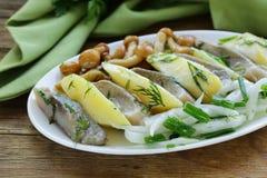 鲱鱼,煮的土豆,被腌制的蘑菇开胃菜  免版税库存图片