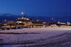鲸鱼观看的小船在雷克雅未克港口 免版税库存照片