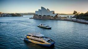 鲸鱼观看的小船航行通过悉尼歌剧院 图库摄影