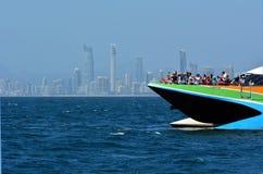 鲸鱼观看的巡航在英属黄金海岸澳大利亚 库存图片