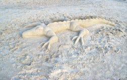鳄鱼沙子雕塑 免版税库存图片