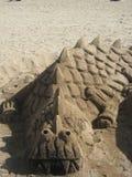 鳄鱼沙子雕塑 库存图片