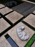鳄鱼逗人喜爱的庭院装饰品 免版税库存图片