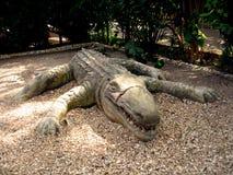 鳄鱼非洲人雕塑 免版税库存图片