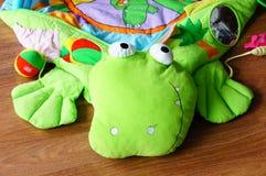 鳄鱼婴孩毯子 库存图片