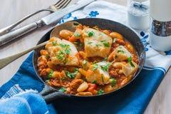 鳕鱼和加调料的口利左香肠炖煮的食物 免版税图库摄影