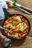 鳕鱼和加调料的口利左香肠炖煮的食物 免版税库存照片