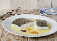 鳕鱼用Pil Pil调味汁,巴斯克烹调法。 免版税库存照片