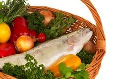 鳟鱼和新鲜蔬菜 图库摄影