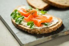 鳟鱼小条和草本在酸性稀奶油单片三明治 图库摄影
