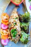 鳟鱼鱼油煎用大蒜和胡椒 免版税图库摄影