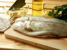 鳟鱼,他的烹饪准备。 库存图片