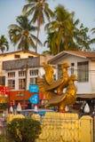 鸟两个金雕塑  一只鸟坐其他 在缅甸的Bago 缅甸 免版税库存图片