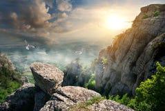 鸟和岩石 免版税库存图片