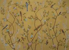 鸟和花在金背景 图库摄影