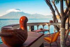 `鸟在湖Atitlan的`视图在危地马拉 图库摄影