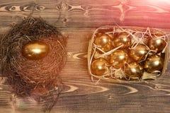 鸟巢,箱子用在木头,古董的传统金黄鸡蛋 库存图片