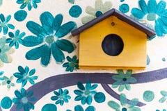 鸟房子设计和美丽的墙纸与木鸟房子 免版税库存照片