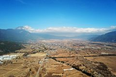 鸟景色玉龙雪山在冬天 免版税库存照片