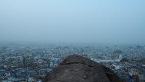 鸟注视乔德普尔城拉贾斯坦印度蓝色ariel视图在有薄雾的冬天早晨摇摄射击 影视素材