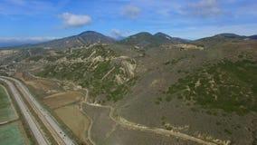 鸟注视全景被射击有汽车通行的高速公路在太平洋和种植园领域附近 股票录像