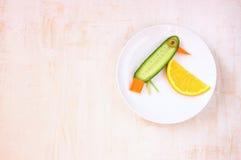 鸟由菜和果子制成 免版税图库摄影