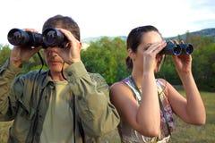 鸟的监视人与双筒望远镜 免版税库存照片