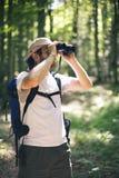 鸟的监视人的人 免版税库存图片