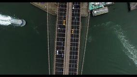 鸟眼睛直升机射击了漂浮在桥梁下的布鲁克林大桥和小船 股票视频