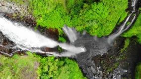 鸟瞰图上面在惊人的瀑布的在热带海岛上在巴厘岛 慢动作, 1920x1080 影视素材