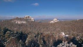 鸟瞰图与森林、树和多雪的峭壁的冬天snowscape 蓝天 33c 1月横向俄国温度ural冬天 股票录像