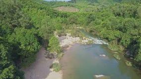 鸟瞰图与河急流的绿色高地反对蓝天 股票视频