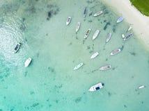 鸟瞰图与渔船的海滩前面 免版税库存照片
