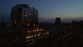 鸟瞰图与灿烂光辉的办公楼 股票视频