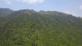 鸟瞰图与石头和热带树的绿色山 从飞行寄生虫的美丽的风景绿色山在天空 股票视频
