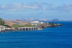 鸟瞰图丰沙尔机场从海看见的马德拉岛 免版税图库摄影