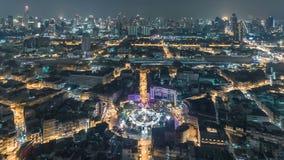 鸟瞰图交通路环形交通枢纽在曼谷市在晚上,时间间隔顶面路在泰国 股票视频