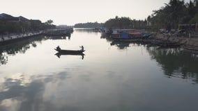 鸟瞰图人在渔船发怒河在早晨 股票录像