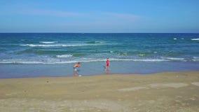 鸟瞰图人红色的照片女孩反对海浪海浪 股票录像