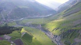 鸟瞰图从寄生虫到与山沟和破裂的山在山Kazbegi附近在乔治亚 影视素材