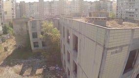 鸟瞰图击毁了被放弃的大厦,没有人民,离开的城市 影视素材