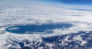 鸟瞰图向在盐湖城附近的大盐湖在雪的犹他 库存照片