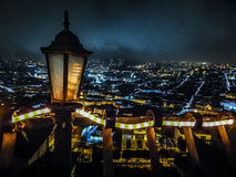 鸟瞰图在基多市厄瓜多尔的夜场面 免版税图库摄影