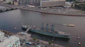鸟瞰图在市在巡洋舰极光的俄罗斯的中部在涅瓦河的堤防圣的Petersbur