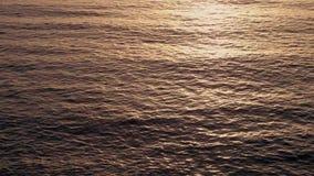 鸟瞰图在晚上日落期间的反射阳光海水表面上 影视素材