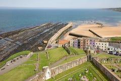 鸟瞰图在海岸圣安德鲁斯,苏格兰附近的废墟大教堂 免版税库存图片